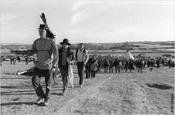 1973年にノースダコタ州ウンデッドニーで、1890年のウンデッドニー虐殺事件で亡くなった先祖の埋葬地に向けて行進するアメリカ先住民たち。  パインリッジ保留地内にあるノースダコタ州ウンデッドニーは、おそらく最も知名度の高いアメリカ先住民の保留地である。ウンデッドニーでは、1890年に、アメリカ先住民の蜂起を弾圧しようとした米国政府により、ラコタ族の首長ビッグフット以下350人が虐殺された。また、1973年にも、先住民と米国政府との武装衝突があり、このときの一連の出来事は複雑であり、いまだに完全に解決されてはいない。