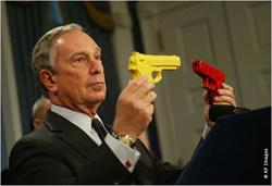 マイケル・ブルームバーグ・ニューヨーク市長が手にしている2つの拳銃のうち、どちらが本物でどちらがおもちゃなのか見分けることは難しい。  ニューヨーク市では、拳銃をおもちゃと見せかけるために色を塗るためのキットの販売が禁止された。犯罪率の高い大都市の方が、拳銃の禁止に対する支持率が高い。犯罪率の低い地域では、住民がスポーツや趣味のために銃を所有していることもある。拳銃の禁止を支持する人々は、銃の所有者がその安全な保管の仕方と使い方を知らないことが多く、銃によってけがをする危険性がより高い、と主張している。