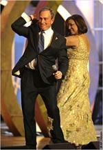 ラテン・グラミー賞授賞式で、歌手のミリー・ケサダと踊るマイケル・ブルームバーグ・ニューヨーク市長。