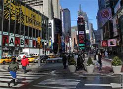 ニューヨーク市のブロードウェイを部分的に自動車通行禁止とする「Green Light for Midtown」プロジェクトは、1年間のテスト期間を経て、2010年2月に本格的に実施された。