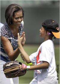 ミシェル・オバマ夫人は、野球キャンプに参加した子どもたちを迎え、子どもたちがもっと活動的になるよう「レッツ・ムーブ!」運動を促進した。