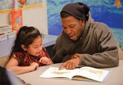 ボランティア活動は、支援を提供する側にも受ける側にも喜びをもたらす(©AP Images for Sprite/Dave Einsel)