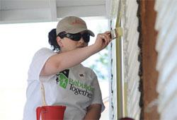 貧しい人々に住居を提供するプロジェクトでは、多くのボランティアが活躍している。家にペンキの上塗りをするのは、新入居者に鍵を渡す前に行う、最後の仕事のひとつである(©AP Images for Rebuilding Together/Bill Ross)