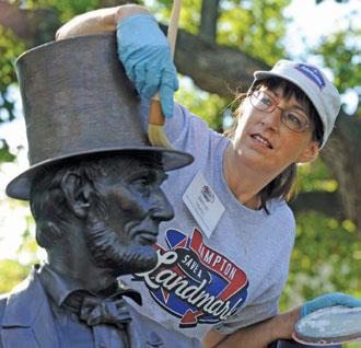 米国では、ボランティアの働きなしには、記念碑も公園も維持できない。このボランティアのおかげで、リンカーン大統領の像もきれいになった (©AP Images for Hampton Hotels/ Kevin Wolf)
