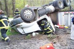 ボランティア消防士の任務は消火だけでなく、救急救命も含まれる。写真は、横転大破したトラックの運転手に緊急処置をほどこすラファージのボランティア消防隊員 (courtesy of P