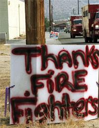 消防士への感謝を文字にして示すカリフォルニア州ユッカバレーの住民 (©AP Images/Reed Saxon)