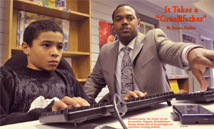 バージニア州アレクサンドリアの「グランドファーザーの会」のリーダーを務めるバーナード・ジョーンズ。指導している子どものひとりに、興味を引きそうなウェブサイトを紹介する。(©Louise Krafft)