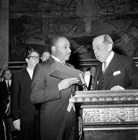 ノーベル平和賞を受賞したキング博士 (© AP Images)