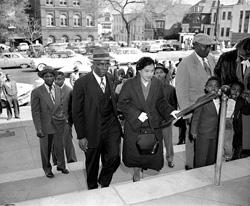 1958年3月19日 モンゴメリーの裁判所に到着したローザ・パークス(© AP Images)