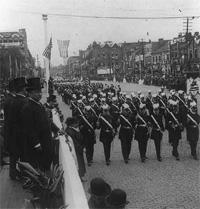 1907年頃、ルーズベルト大統領がパレードを見る様子。