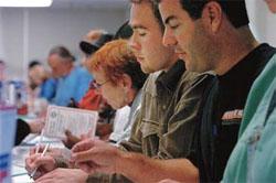 2004年、サンディエゴで、投票する前に事務手続き をする有権者たち (©Gerald Weaver/AP Images)