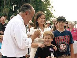 サウスカロライナ州ブラフトンでサイン をする、2008年大統領選挙の共和党有力候補ルドルフ・ ジュリアーニ (©Joseph Kaczmarek/AP Images)