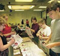ワシントン州では1912年以来、市民が投票 用紙に住民発議を提起することが認められている。た だし、必要な数の有権者がその住民発議を要求する請 願書に署名していなければならない。教育に関する住 民発議を支持するボランティアたちが、シアトルで請 願書を開封し、仕分けしている (©Tetona Dunlap/AP Images)