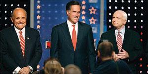 2008年大統領選挙で共和党の指名獲得を目指す3人。(左から)ルドルフ・ジュ リアーニ、ミット・ロムニー、ジョン・マケイン。全国放映されるテレビ討論の前にポーズ をとる。党の予備選挙は州ごとに行われるが、全国的討論はすべての州予備選の有権者に影 響を与える (©Gina Gayle/AP Images)