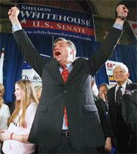 ロードアイランド州の 連邦議会選挙で、上院 議員に当選して全身で 喜びを表す民主党のシ ェルドン・ホワイトハ ウス。連邦議会両院の 議員は、強力な権限を 持つ (©Brian Syder/ Reuters)