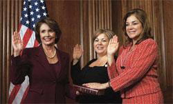 リンダ・サンチェス(中央)とロレッタ・サンチェスに宣誓就任させる下院議長ナ ンシー・ペロシ(左)。2人は姉妹で、共にカリフォルニア州から下院議員に選出された (©Susan Walsh/AP Images)