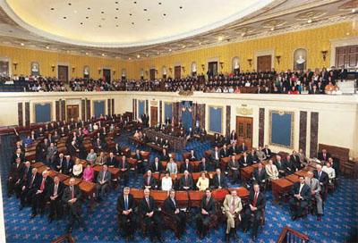 建国者たちは連邦議会の上院が保守的な安定勢力になることを意図した。写真撮影 のためにポーズをとる100名の上院議員 (©U.S. Senate Historic Office)