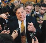2008年1月の大統領候補討論会の後、記者団 の質問に答える民主党大統領候補ヒラリー・ クリントンの選挙参謀長で世論対策担当のマ ーク・ペン