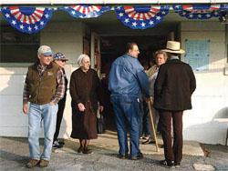 投票所に出入りするペンシルベニア州農村部(アーミッシュのコミュニティを含 む)の有権者 (©Carolyn Kaster/AP Images)