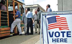 ウェストバージニア州で、投票所を出る有権者たち。この聖職者グループは、合法 的賭博場を拡大するという投票対象の条例に反対の一票を投じるためにやってきた (©Jeff Gentner/AP Images)