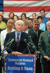 共和党の上院議員ジョン・マケインは選 挙資金改革のために尽力してきた。何が望ましい 改革かという問題については、まだ議論が続いて いる (©Terry Ashe/AP/Images)