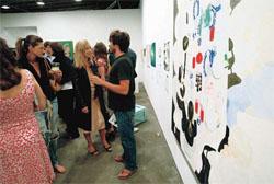 …あるいは画廊などで資金集めのパーティを開く(©G. Paul Burnett/The New York Times/Redux Pictures)