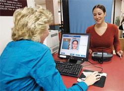 運転免許取得の申し込みと同時に有権者登録を行うロードアイランド州の若い女性 (©Robert E. Klein/AP Images)
