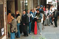 2004年ニューヨークで、故障した投票装置の修復を辛抱強く待つ有権者たち (©Bebeto Matthews/AP Images)