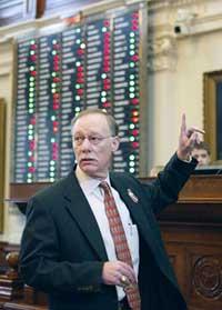 2005年の学校財政に関する税制案の最終採決にあたり、テキサス州下院の議場で賛成を示す同州議会議員。同州の議会は二院制のため、法案はこのあと州上院での審議にかけられる