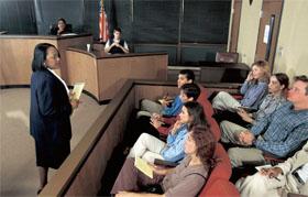 テキサス州―民事裁判で陪審員に話しかける弁護士。多くの法廷で目にする光景である。刑事訴訟と異なり、民事訴訟は不法行為に対する損害賠償を中心に行われ、金銭賠償が命じられることが多い。