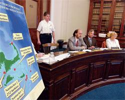 2003 年、発電用の海上風力タービンの建設案について専門家の証言を聞く、マサチューセッツ州議会のエネルギー 委員会の委員たち