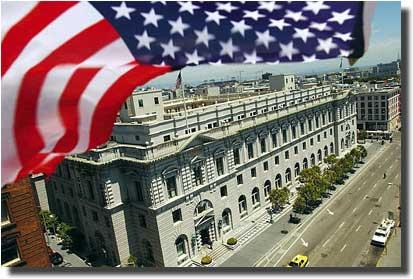 カリフォルニア州サンフランシスコにある州最高裁判所の建物は、同裁判所のほか、連邦控訴裁判所を含む地域の裁判所を擁している。連邦裁判所のシステムは全米各地を網羅しており、州裁判所や州法とともに、国家の法体系を構成している。