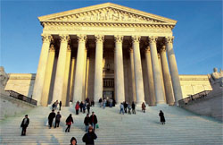 米国の最上級の裁判所を擁する首都ワシントンの連邦最高裁判所の建物。連邦最高裁の9 人の裁判官は、米国の法的問題や憲法問題を解釈する重要な役割を果たす