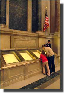 首都ワシントンにある国立公文書館のロタンダ(円形大広間)で、1787 年制定の合衆国憲法の原本をながめる来館者。合衆国憲法は、裁判所の解釈に基づき、今も米国の人々の生活を支配している