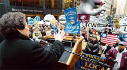 2004年、ニューヨーク市で開催された労働者集会で演説する労働組合の幹部。このグループは、カリフォルニア州でストライキを行っている食料雑貨店の労働者への支持を表明するために集まった