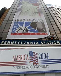 上― 2004 年の共和党全国大会に向けて、ニューヨーク市のマジソン・スクエア・ガーデンの外で垂れ幕をかける運動員 下― 2004 年民主党大会の会場となった、ボストンのフリートセンターに掲げられた看板