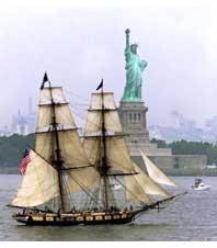 ペンシルベニア州エリーを出て、ニューヨーク港の「自由の女神像」のそばを通過する2本マストの帆船ナイアガラ号(AP/WWP)