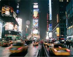 世界で最もよく知られた交差点の一つ、ニューヨークのタイムズ・スクウェア前の車の波。(AP/WWP)
