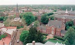 メリーランド州の州都アナポリスには、米国海軍士官学校がある。写真の右下に写っているのが知事公邸。左に写っているのは1692年創立のセント・アンズ監督教会。現在の建物は1859年に完成した(AP/WWP)