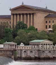 スクーキル川沿いのフェアモント給水場の上に美術館が見える(ペンシルベニア州フィラデルフィア)。市民に上水を供給するポンプ場として建てられた施設は、歴史的建造物として修復され、観光客に公開されている(AP/WWP)