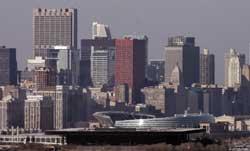 中西部の中心地、イリノイ州シカゴの高層ビル群。右下に見えるのはアメリカンフットボール・チー ム、シカゴ・ベアーズの本拠地ソルジャー・フィールド(AP/WWP)