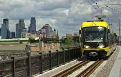 ミネソタ州ミネアポリス市内、レイク・ストリートのミッドタウンの駅へ向かう軽便鉄道の電車。(AP/WWP)