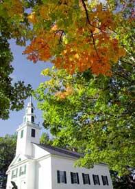 バーモント州イースト・モントペリエの「オールド・ミーティング・ハウス(旧 礼拝堂)」のそばで、秋の色に染まり始めたカエデの葉 (AP/WWP)