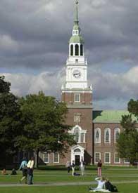 ニューハンプシャー州ハノーバーにあるダートマス大学で、芝生の上を歩く学生たち。1769年に創立されたリベラル・アーツ・カレッジの私立大学で、名門アイビーリーグの1校である(AP/WWP)
