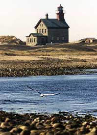 ロードアイランド州ニューショアハムの小島ブロック・アイランドにある北の灯台。この地方は観光客の憩いの場となっており、毎年数万人が訪れる(AP/WWP)