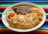 大盛りのフィデオ・コン・ポーリョ(チキン入りパスタ)。ライスとインゲン豆のフリホーレス・レフリートス、レタス、トマト、タマネギが添えられている。典型的なテキサス流メキシコ風料理(©AP/WWP)