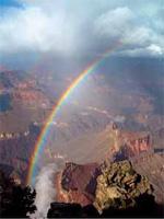 アリゾナ州のグランドキャニオン国立公園で、にわか雨の降ったあとホピポイントにかかった2本の虹。(AP/WWP)
