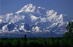 アラスカ州タルキートナから見たマッキンリー山。登山者はタルキートナから小型機でカヒルトナ氷河まで飛び、そこからこの北米最高峰の山に登る (©AP/WWP)