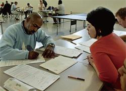 2004 年、カリフォルニア州ベルの救世軍の保護施設で、ホームレスの人々を有権者リストに登録するボランティア。郡や市町村の政府は、時には市民の手を借りながら、日常生活に密着したさまざまな役割を果たしている。
