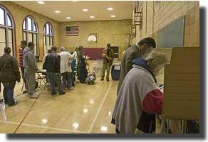 2004年の大統領選挙のさい、ミシガン州ディアボーンの学校で投票するアラブ系米国人